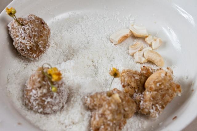 stafide, fulgi de nuca de cocos, caju si flori de tei, pentru bomboane